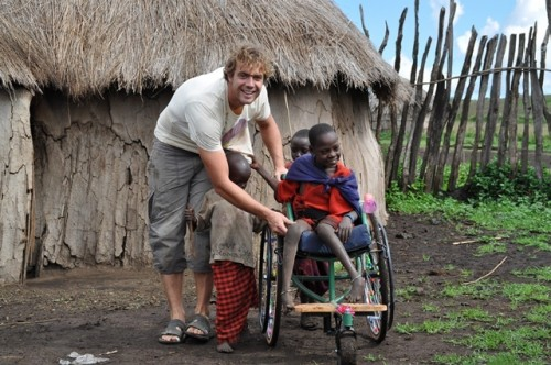 Kasper organiseert een rolstoel voor een invalide meisje