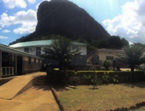 Een kip kado! Ambrosoli Memorial Hospital, Kalongo, Oeganda